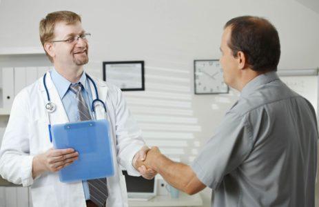 мужчина врач и пациент